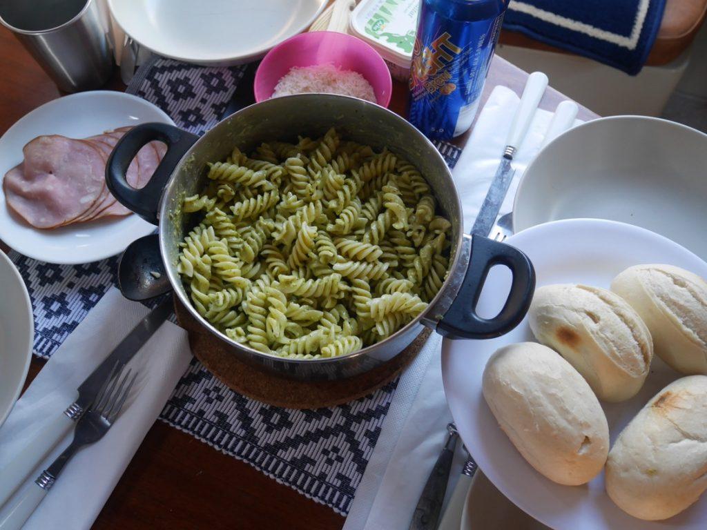 Lättlagat i värmen, pasta med pesto.