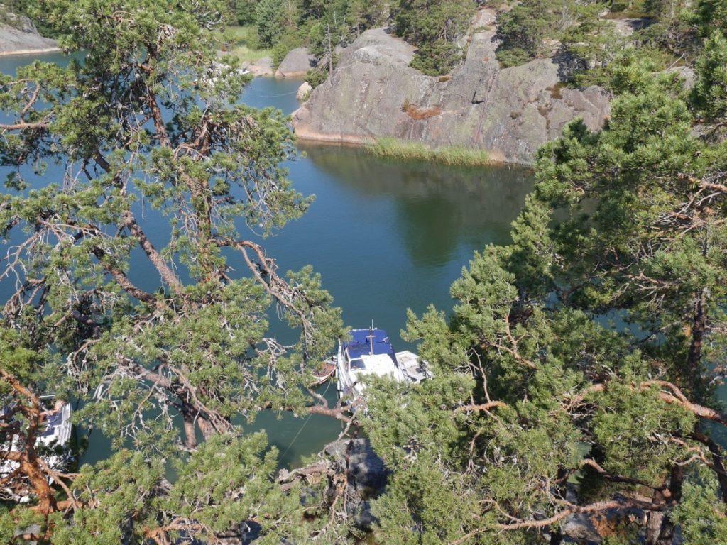 Där nere ligger vår lilla båt.