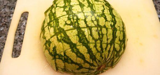 Bästa sättet att skära en vattenmelon på