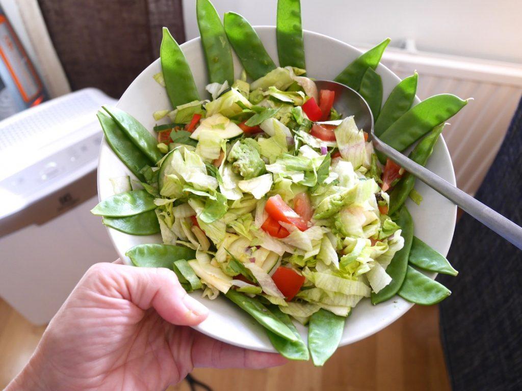 Fräsch och god salad till omeletten.
