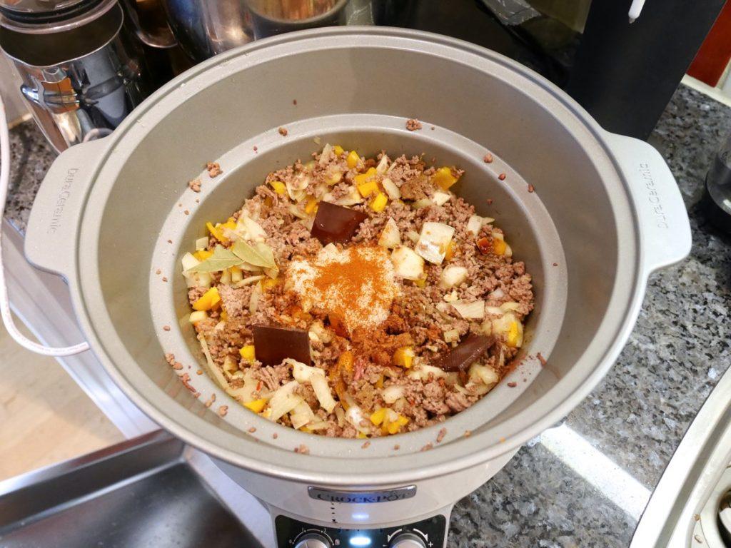 Ställ grytan på tillagninsenheten och lägg i resten av ingredienserna.