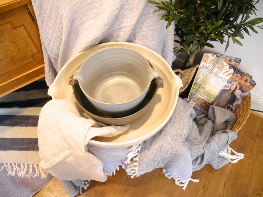 En serie bruksgods i keramik