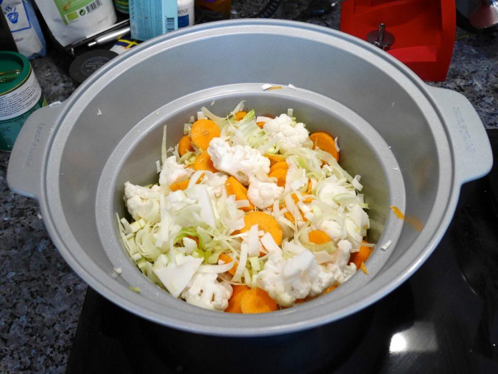 Jag fräser lök, morötter och blomkål innan tillagning i Crock Pot.