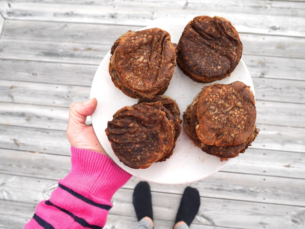 Ett fat kommer lastat med veganska pannkakor.