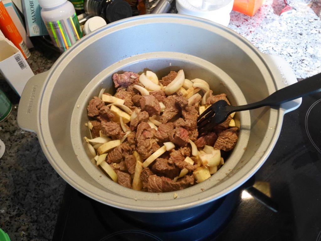 Bryn köttet innan tillagning för godast smak.