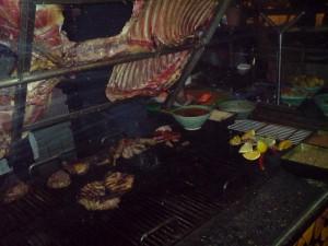 Här grillar kocken köttet