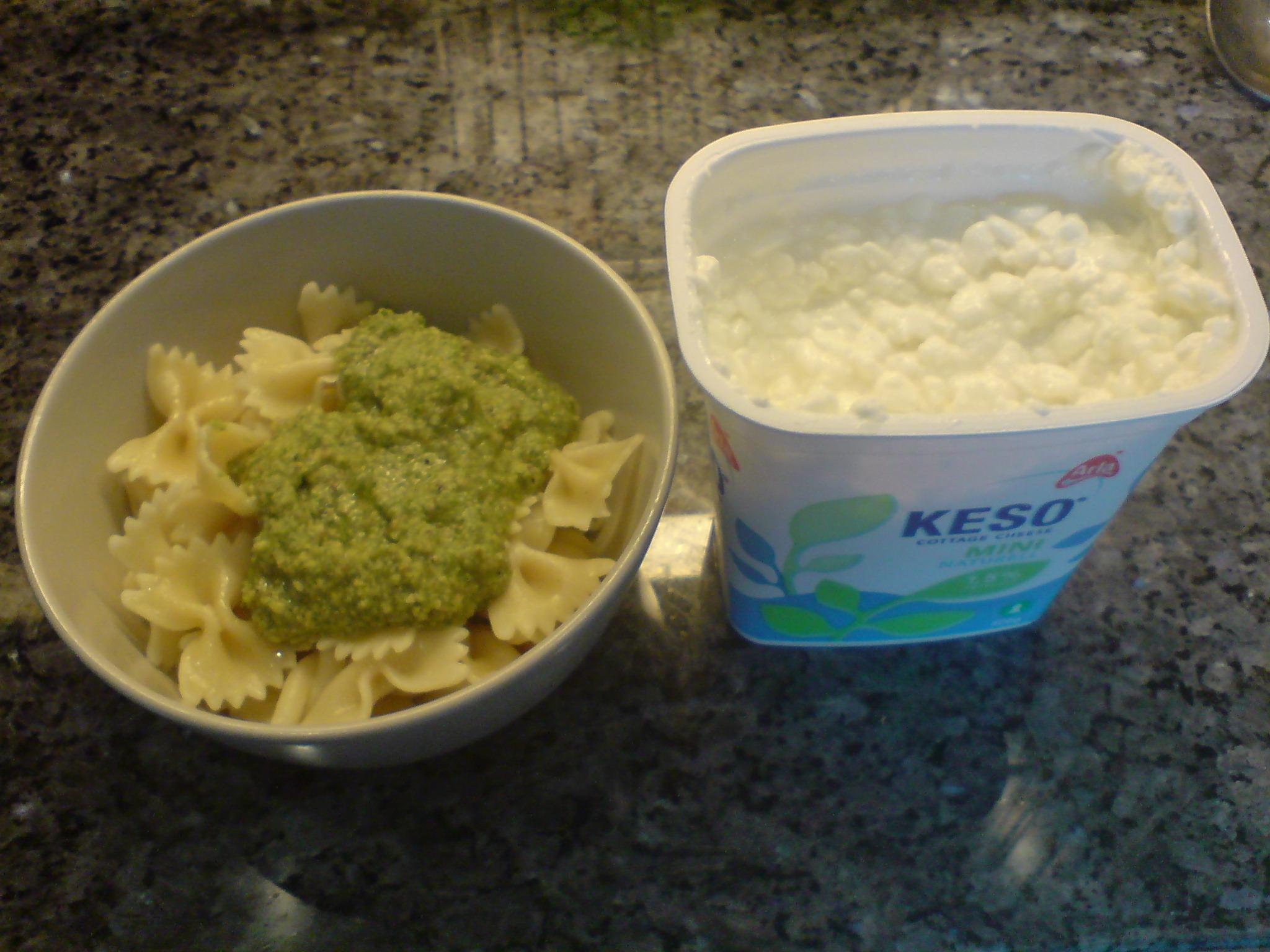 Pasta med pesto och keso
