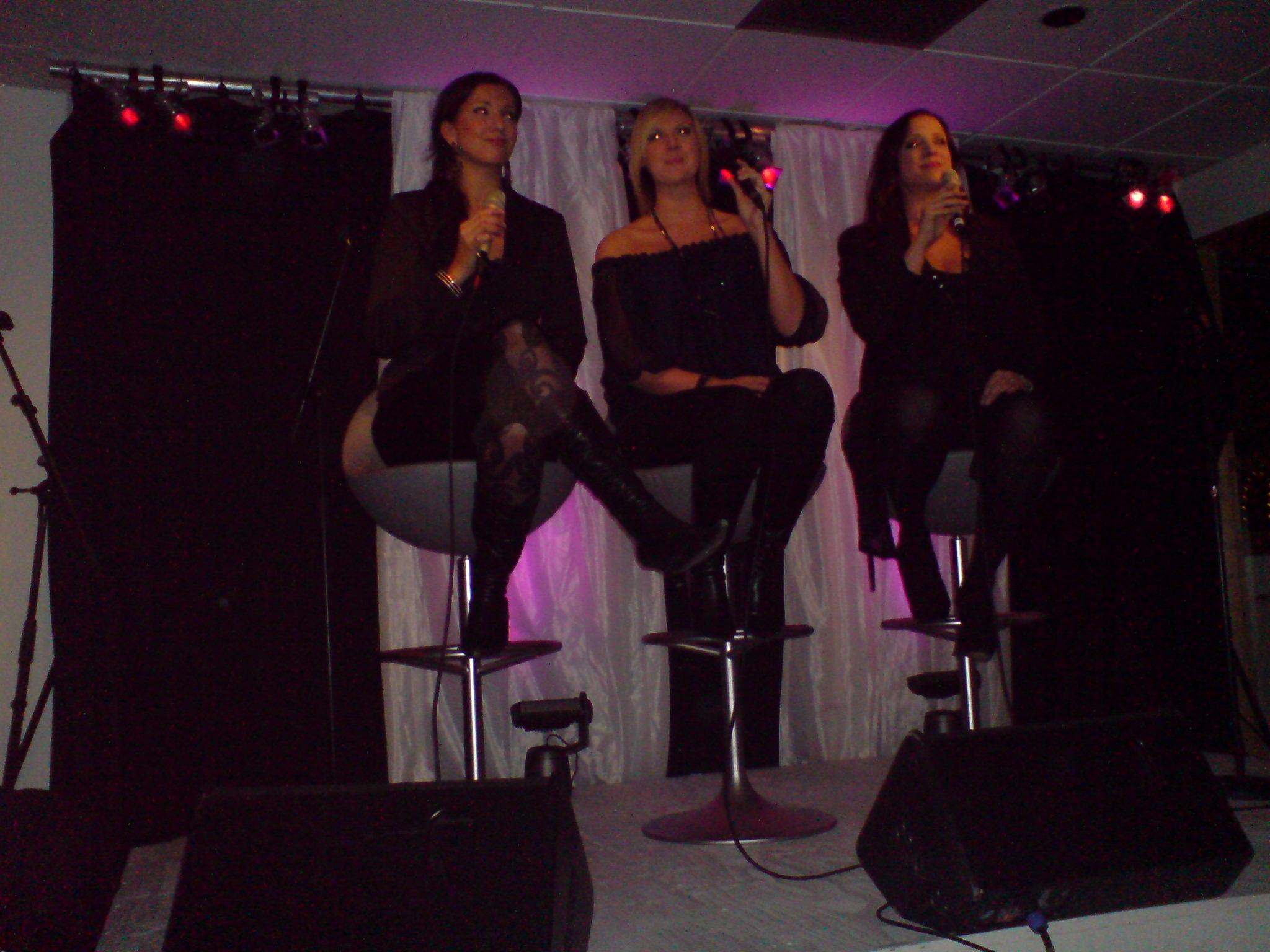 Shirley, Sanna och Sonja uppträder