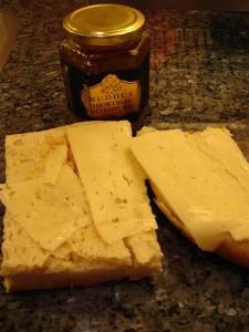 Hönökaka med smör, ost och hjortronmarmelad