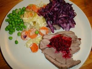 Lammstek, potatisgratäng och hemmagjord lingonsylt