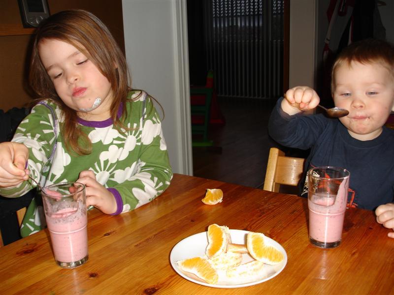 Barnen äter smoothies