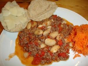 Chili con carne, bröd och finrivna morötter