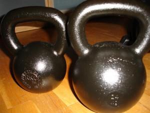 Kettlebells, här i två olika storlekar och tyngder