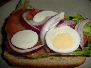Toast med gravad lax, ägg och tillbehör