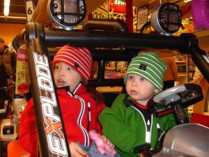 Gustaf och Filippa åker bil i leksaksaffären