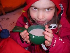 Längdskidor med efterföljande korvgrillning och varm choklad