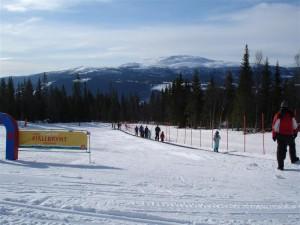 Mattias och Filippa åker rull-lift. Perfekt även för Jessica och Gustaf som inte behövde släpa snowracern uppför backen, utan det var bara att sätta sig och åka uppåt