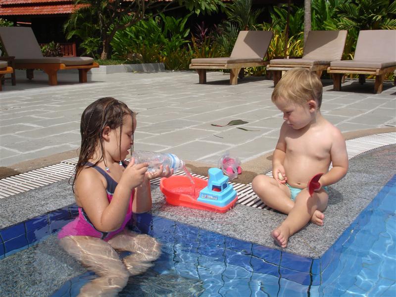Barnen älskar att bada och leka i vatten