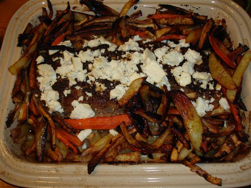 Köttfärslimpa i ugn med fetaost och rostade grönsaker