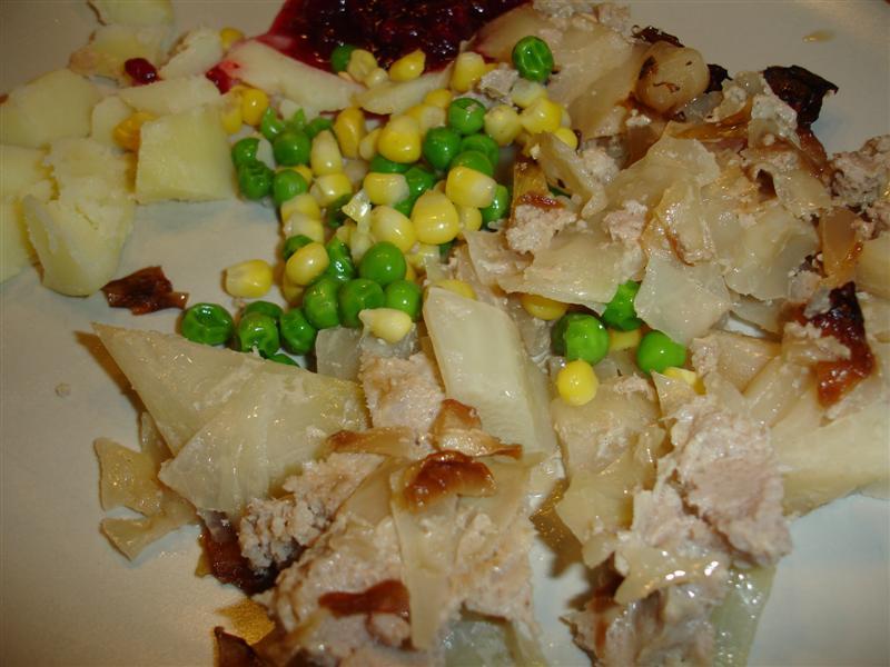 Kålpudding, potatis, sylt, ärtor och majs