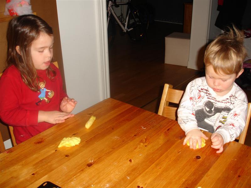 Barnen bakar lussekatter