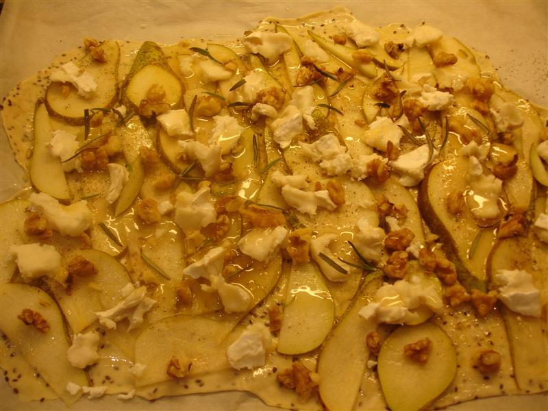 Pizzan innan den gräddas