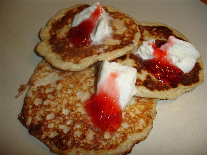 En nyttigare variant av pannkaka med sylt och grädde