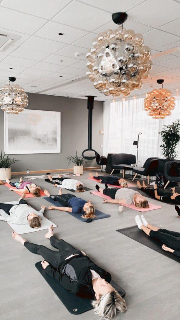 Skön yoga i harmonisk miljö.