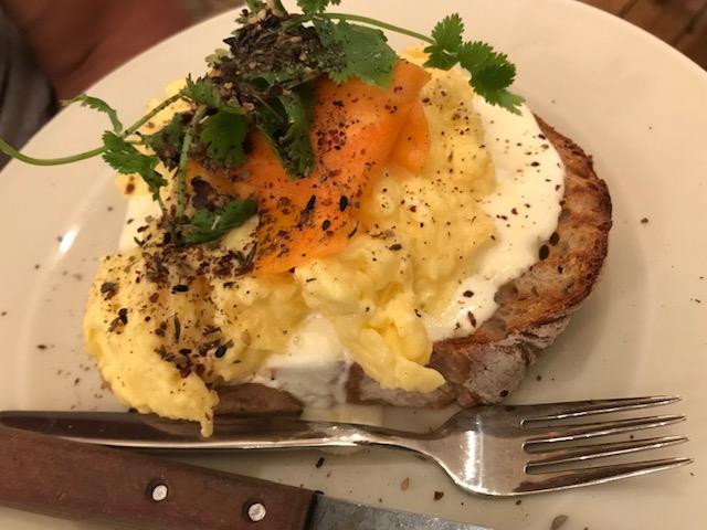 Äggröra på toast.