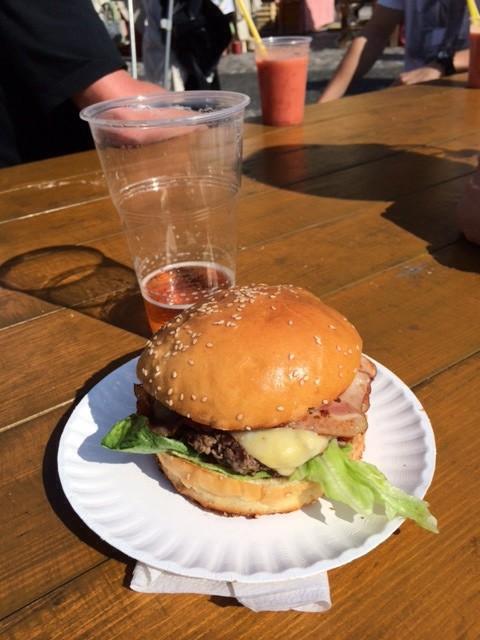Hamburgare och öl i solskenet