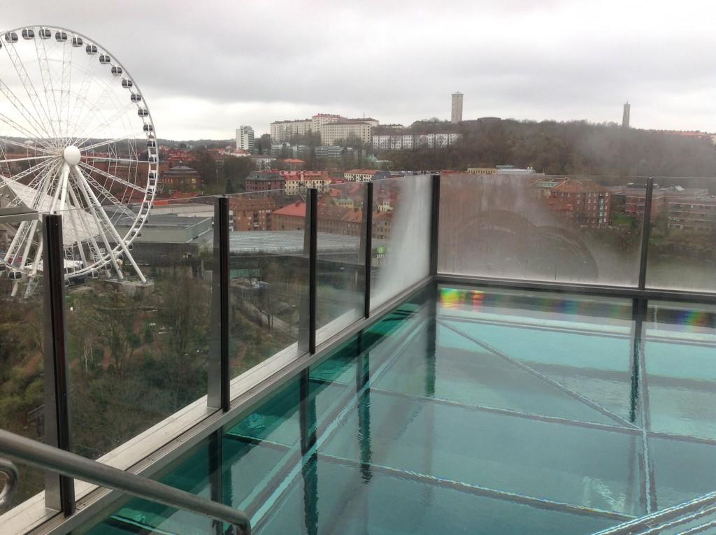 Champagnepoolen som hänger ute på fasade 50 m över mark med glasgolv